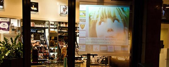 Installazione vetrina interattiva